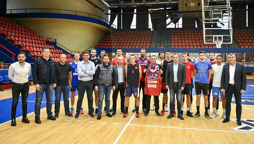 """Представници Града и СЦ """"Борик"""" у посјети кошаркашима Борца"""